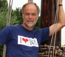 Hans Burggraaff met Weesper T-shirt aan boord van de Jacobsschelp