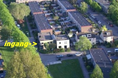 Huisartspraktijk Burggraaff vanuit de lucht met pijl naar ingang