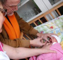 Dokter Burggraaff snijdt een tongriempje