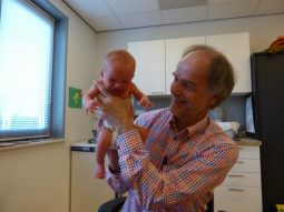 Dokter Burggraaff op het Consultatiebureau voor zuigelingen
