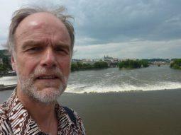 Hans Burggraaff in Praag tijdens de WONCA 2013 op de brug over de Vitava
