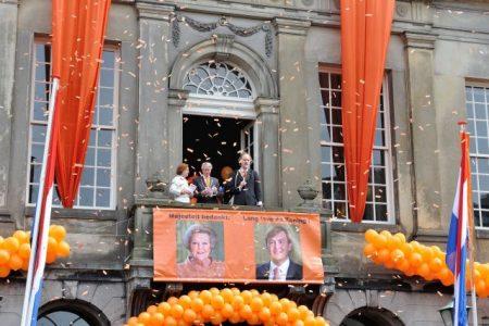 Hans Burggraaff voorzitter Oranje Vereniging balkonscene op de laatste Koninginnedag in 2013