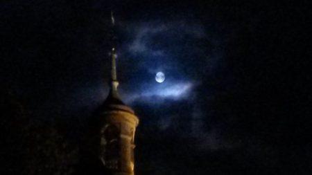 Toren van stadhuis Weesp in de nacht