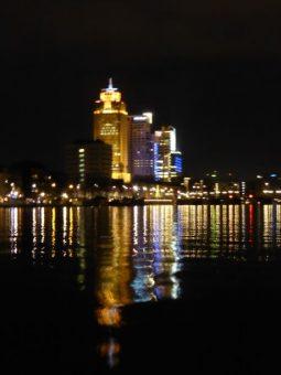 Skyline Amsterdam vanaf de Amstel in de nacht