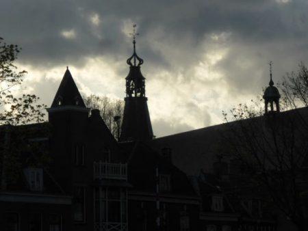 Donkere luchten over Weesp