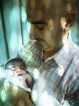 Marouane in handen van trotse vader, geboren onder verloskundige leiding van dokter Burggraaff Weesp