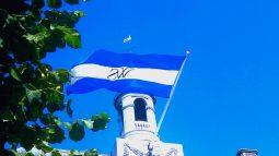 Weesper vlag vanaf stadhuis Weesp foto van verloskundige huisarts Hans Burggraaff
