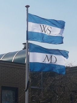 Historische stadsvlag van Weesp en Muiden in de tuin van dokter Burggraaff huisarts te Weesp
