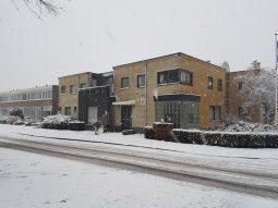 Verloskundige huisartspraktijk van Hans Burggraaff in Weesp in de sneeuw