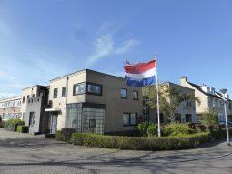 Verloskundige huisartspraktijk Weesp van Hans Burggraaff met vlag en wimpel